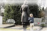 Женщина с ребенком на кладбище