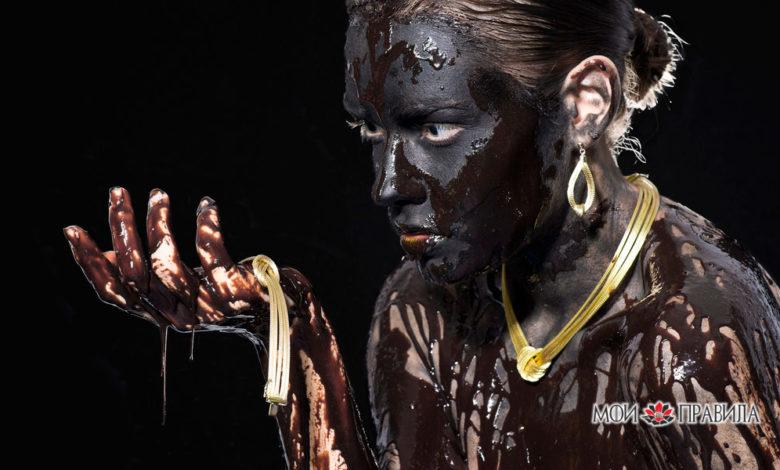 Женщина в черной краске