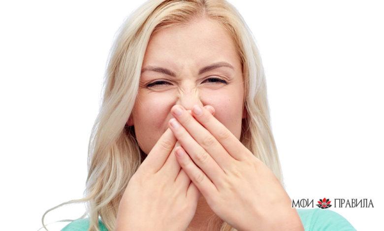 Молодая женщина или девочка-подросток, закрывающая нос