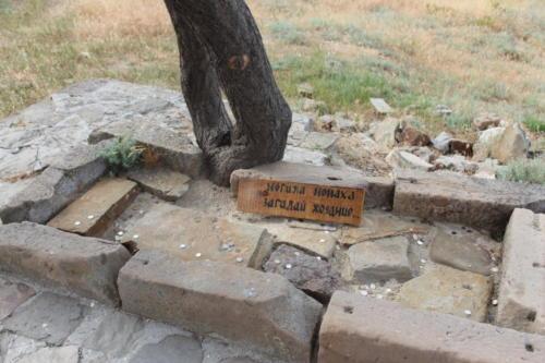 судак генуэзская крепость - могила монаха